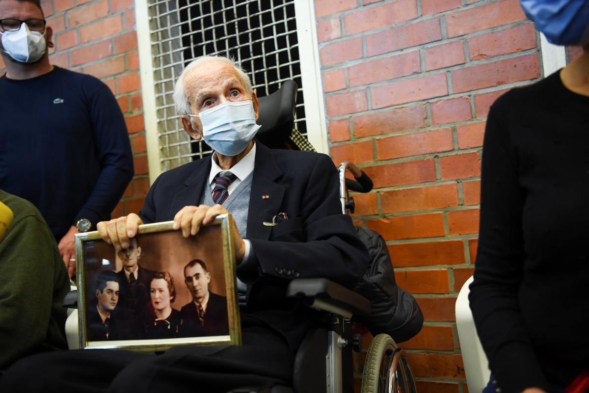 Переживший Холокост Леон Шварцбаум держит фотографию в зале суда во время судебного процесса над 100-летним бывшим охранником концлагеря \ фото REUTERS