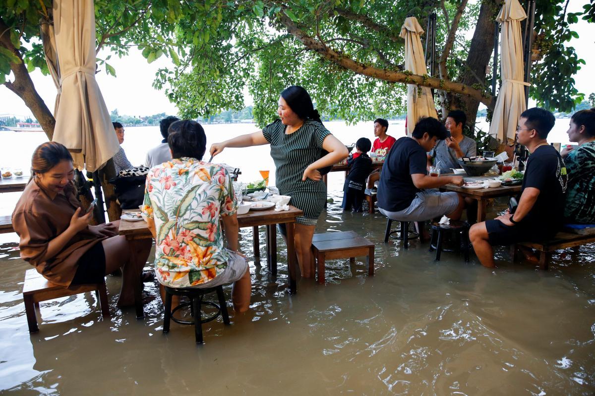 Туристи залюбки відвідують затоплений ресторан \ REUTERS