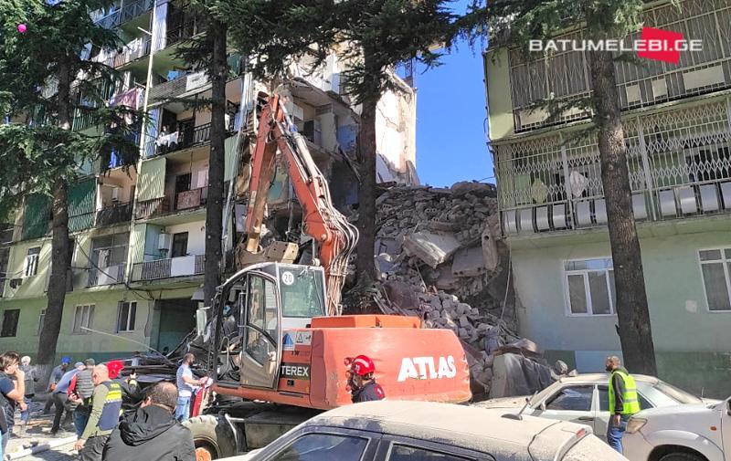 В Батуми обрушился жилой дом, есть жертвы / скринБатумелеби