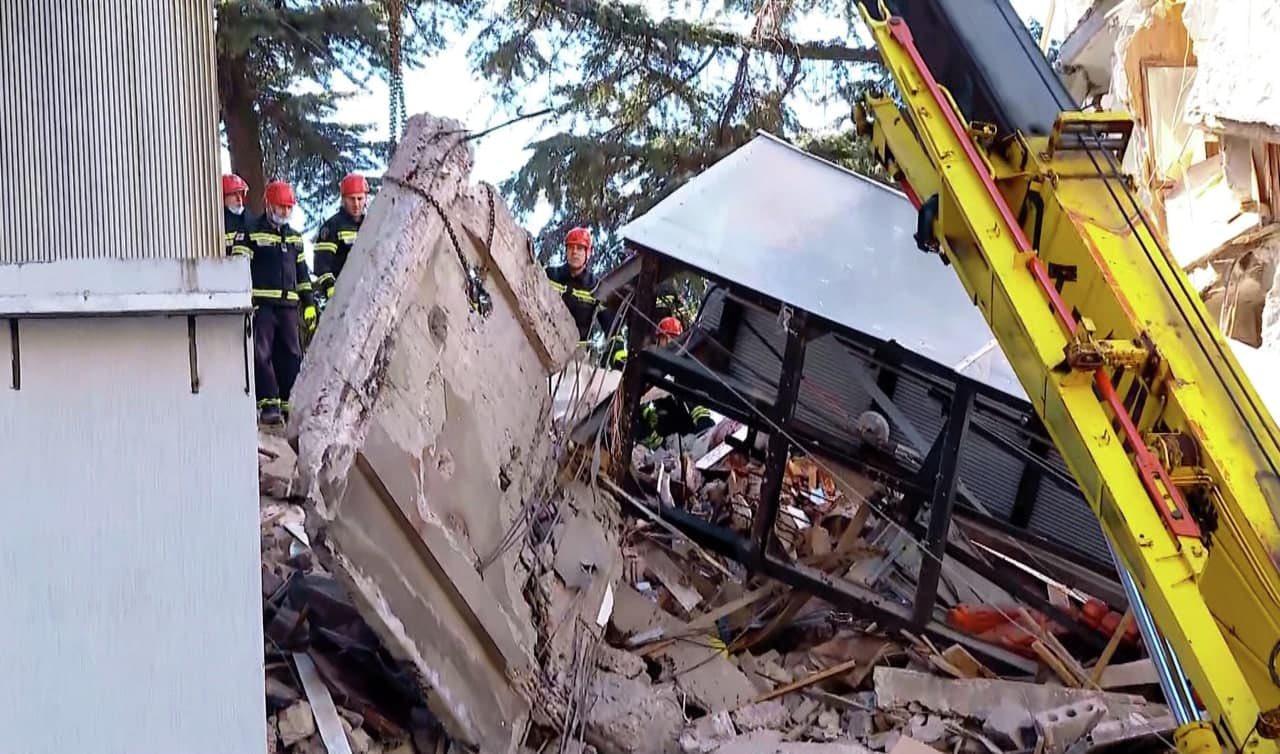 В Батуми из-под завалов дома достали 7-летнего мальчика/фото Twitter/avaza1972