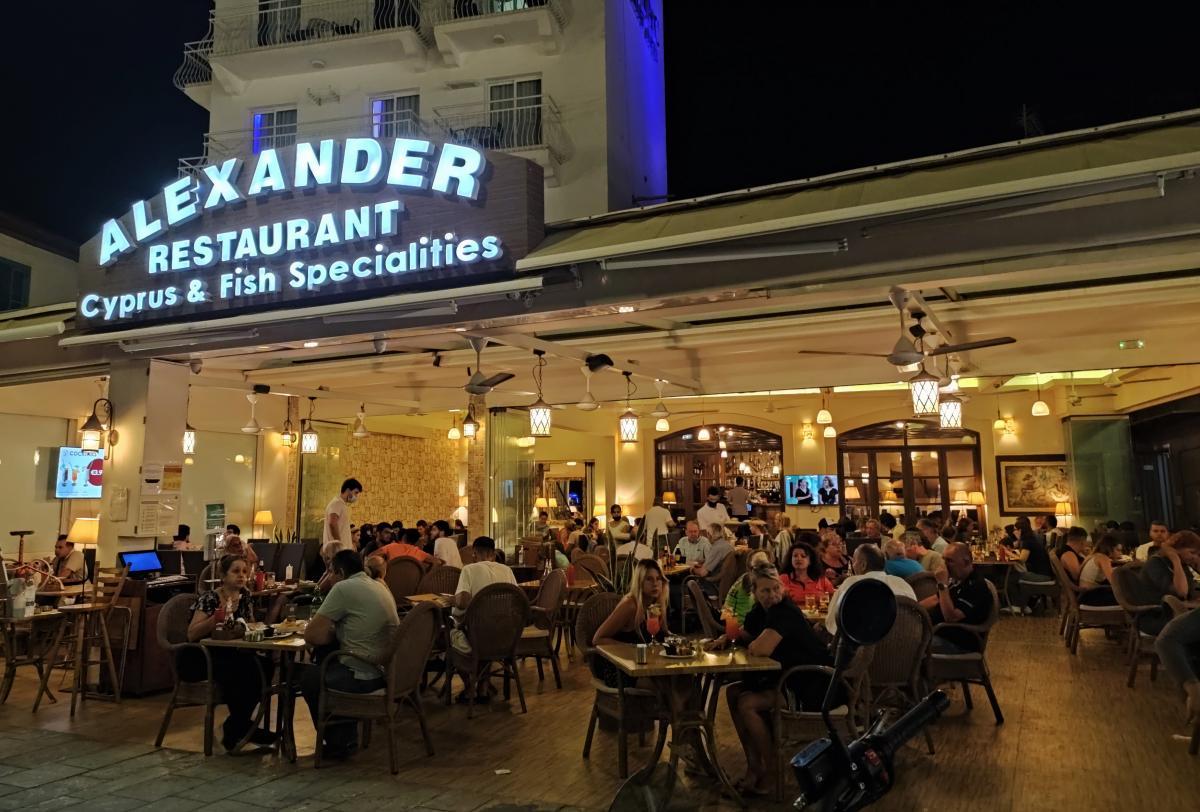 Ресторан Alexander на набережній Ларнаки / фото Марина Григоренко