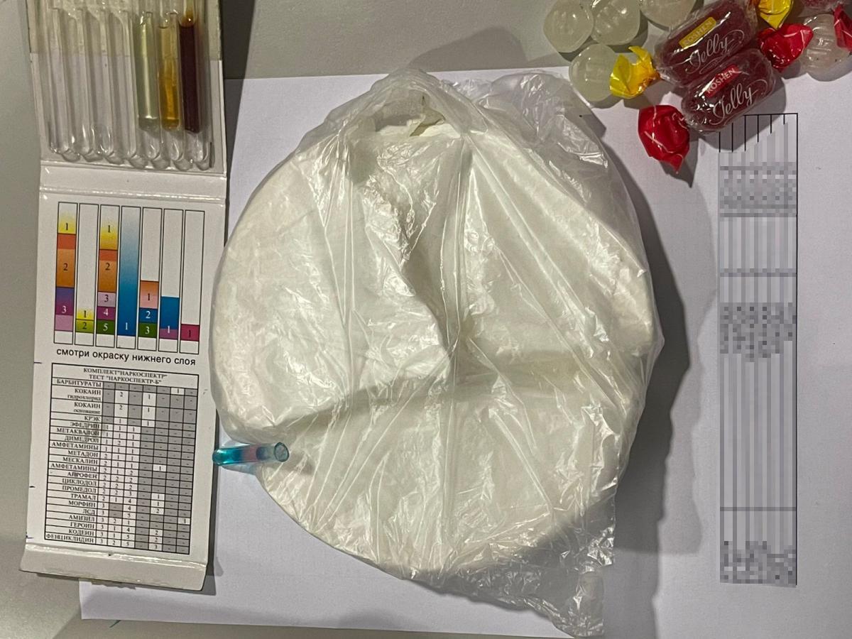 Иностранец пытался вывезти из Украины кокаин в коробке с конфетами/пресс-центр Госпогранслужбы