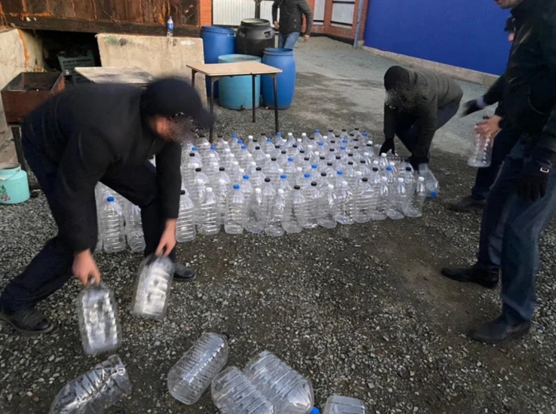 Large-scale searches / photos of the Regional Department of the Ministry of Internal Affairs of the Orenburg region were carried out in the warehouse where surrogate alcohol was made