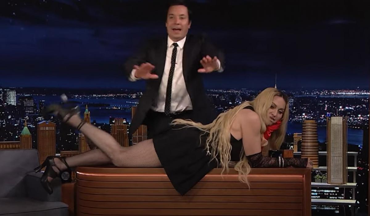 Мадонна показала подтянутые ягодицы в эфире вечернего развлекательного шоу / Скриншот