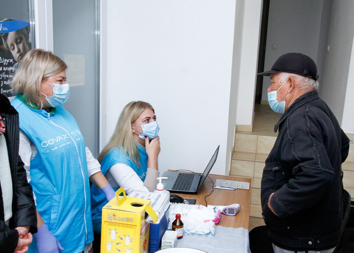 У відділеннях «Укрпошти» за три дні вакцинували понад 10 тисяч українців / фото facebook.com/synegubov.oleg