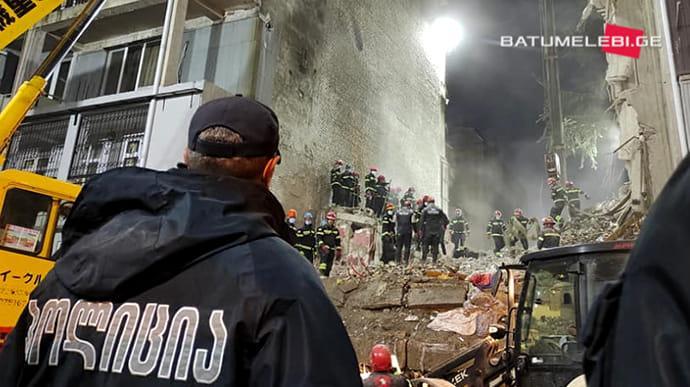 Обрушение дома в Батуми: погибли 6 человек, еще троих ищут / фото Batumelebi