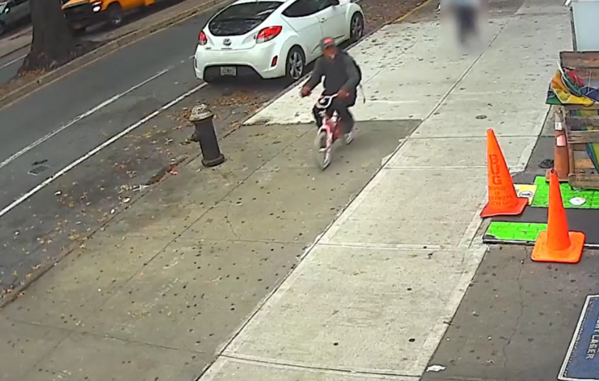 Після пограбування злодій сів на дитячий велосипед і зник / скріншот