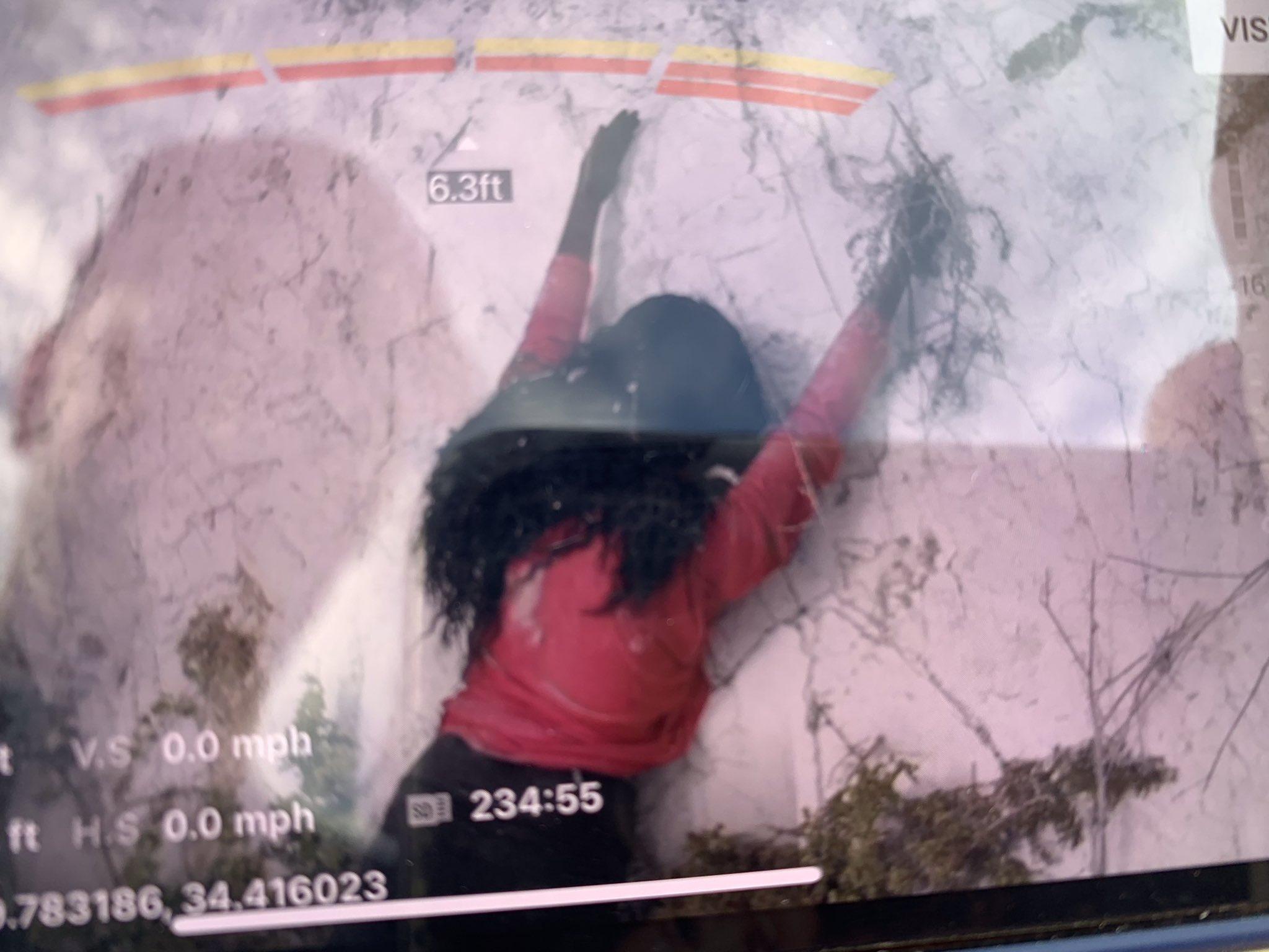 Застрявшая на скале женщина оказалась простокинореквизитом/ фото twitter.com/SBCFireInfo