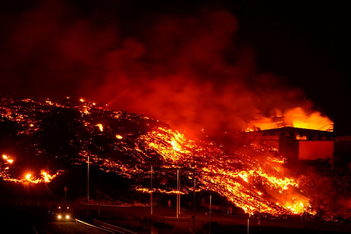 Молния образуется в результате столкновения отрицательно заряженных частицзолыи положительно заряженныхвулканических газов / фото REUTERS