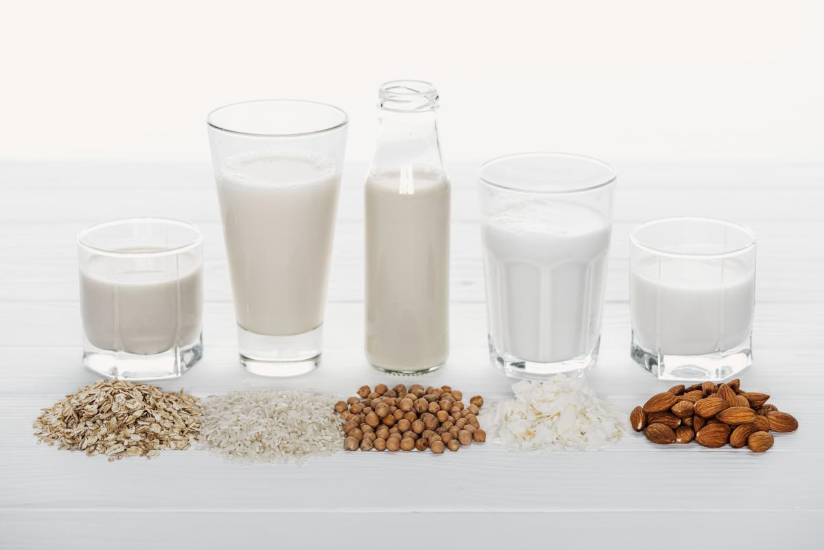 В Україні шалена мода на рослинне молоко - кокосове, рисове, горіхове, вівсяне / фото ua.depositphotos.com