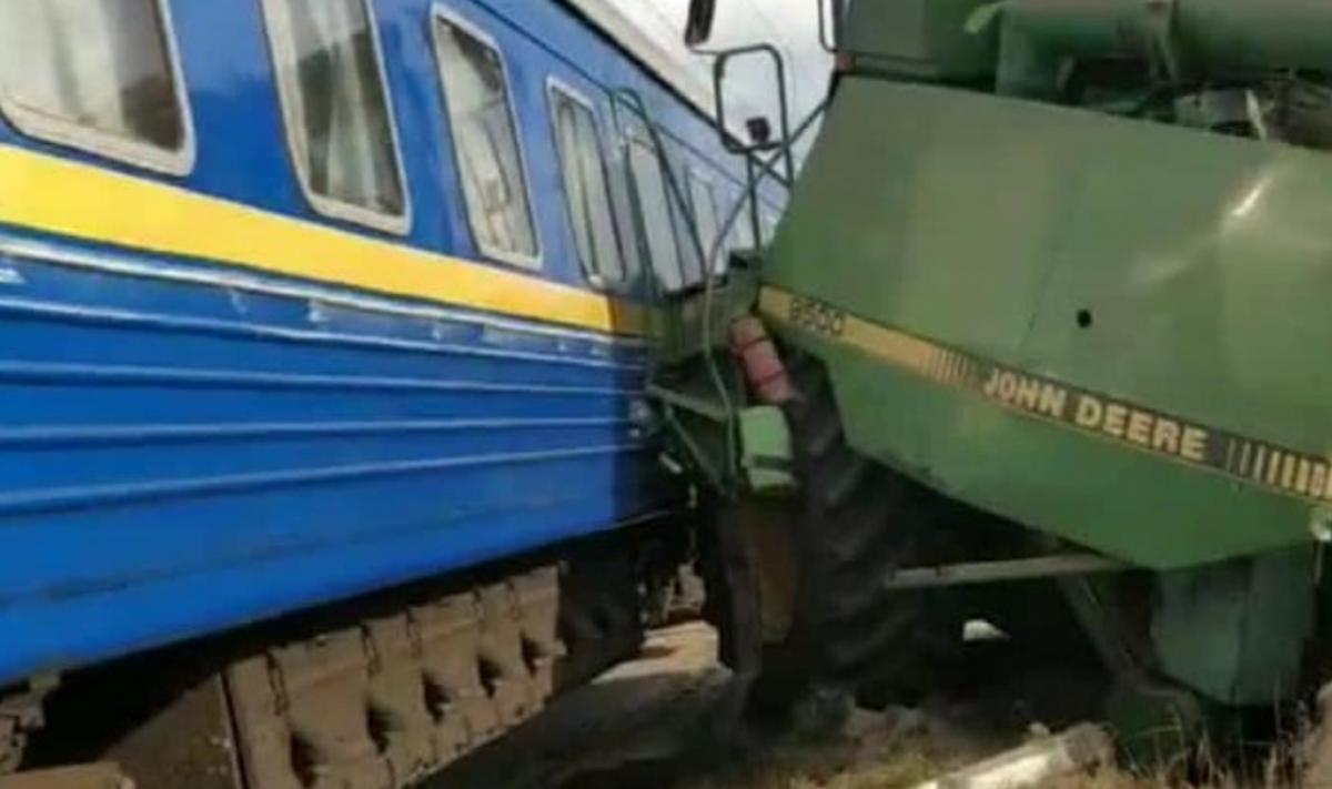 Комбайн протаранил поезд в Киевской области/ фото facebook.com/Ukrzaliznytsia
