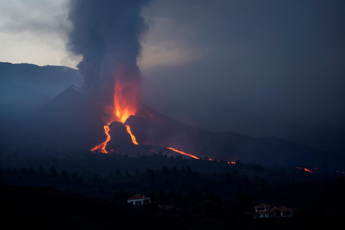 На Канарах извергается вулкан Кумбре-Вьеха / фото REUTERS