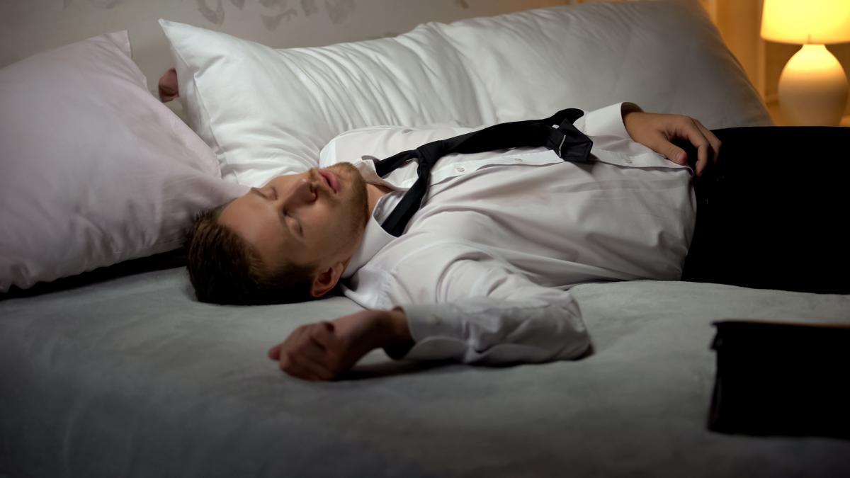 На Тернопільщині п'яний чоловік проник у чуже житло та заснув на ліжку / фото ua.depositphotos.com