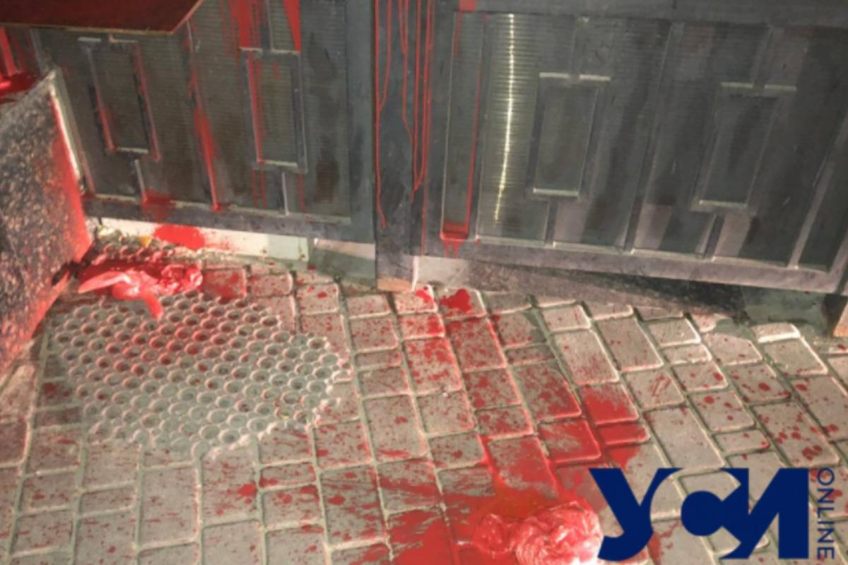 В Одессе неизвестный бросил в ворота российского Генконсульства пакеты с красной краской / фото usionline.com