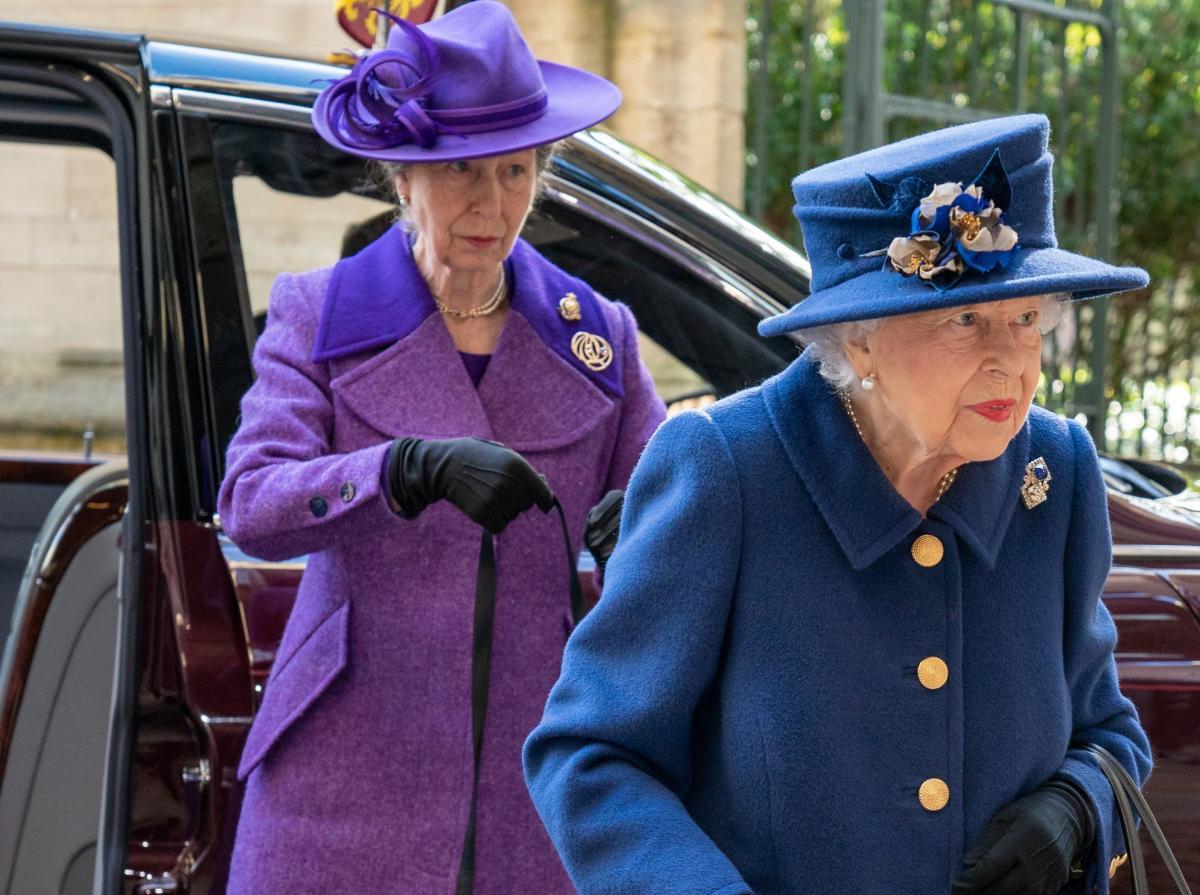 Елизавета II впервые посетила мероприятие с тростью / фото REUTERS