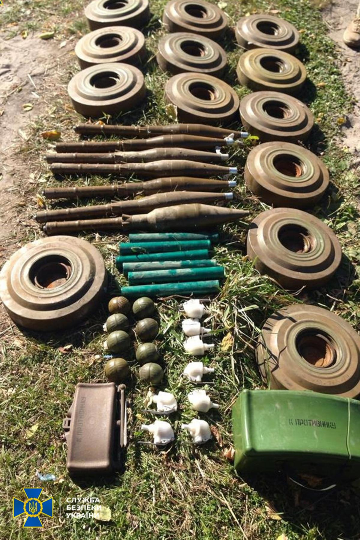 Во время осмотра тайника правоохранители изъяли13 противотанковых мин ТМ - 62м \ фото СБУ