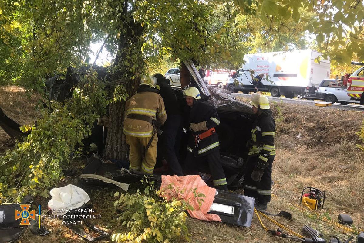 На Днепропетровщине легковушка попала в аварию, погиб водитель, есть пострадавшие / фото dp.dsns.gov.ua