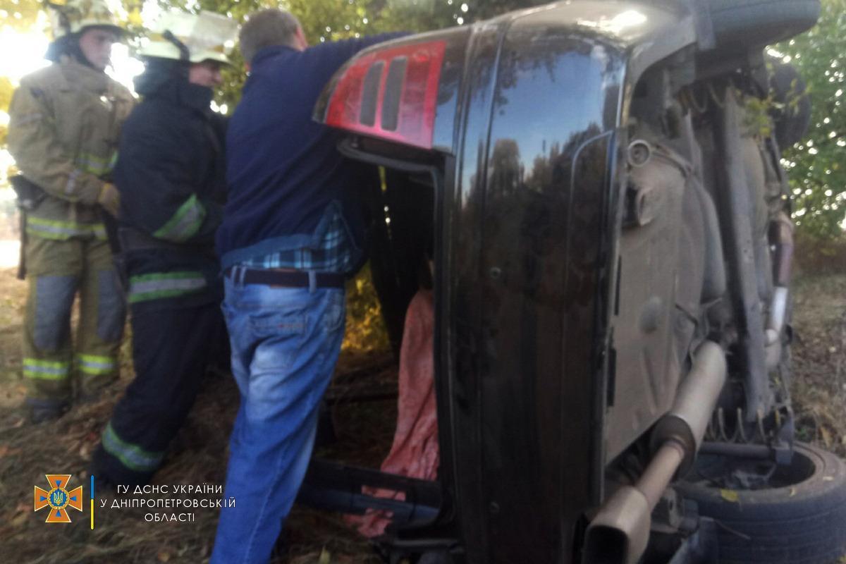 В Днепропетровской области легковушка попала в аварию, погиб водитель, есть пострадавшие / фото dp.dsns.gov.ua