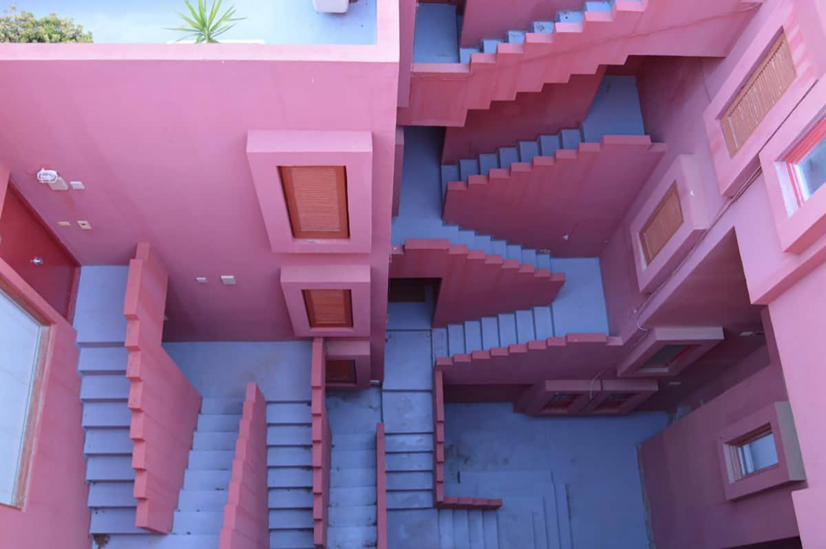 """В Испании нашли жуткие лестницы из """"Игры в кальмара""""/ фото Airbnb"""