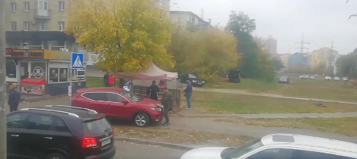 Водитель пытался объехать пробку / скриншот видео