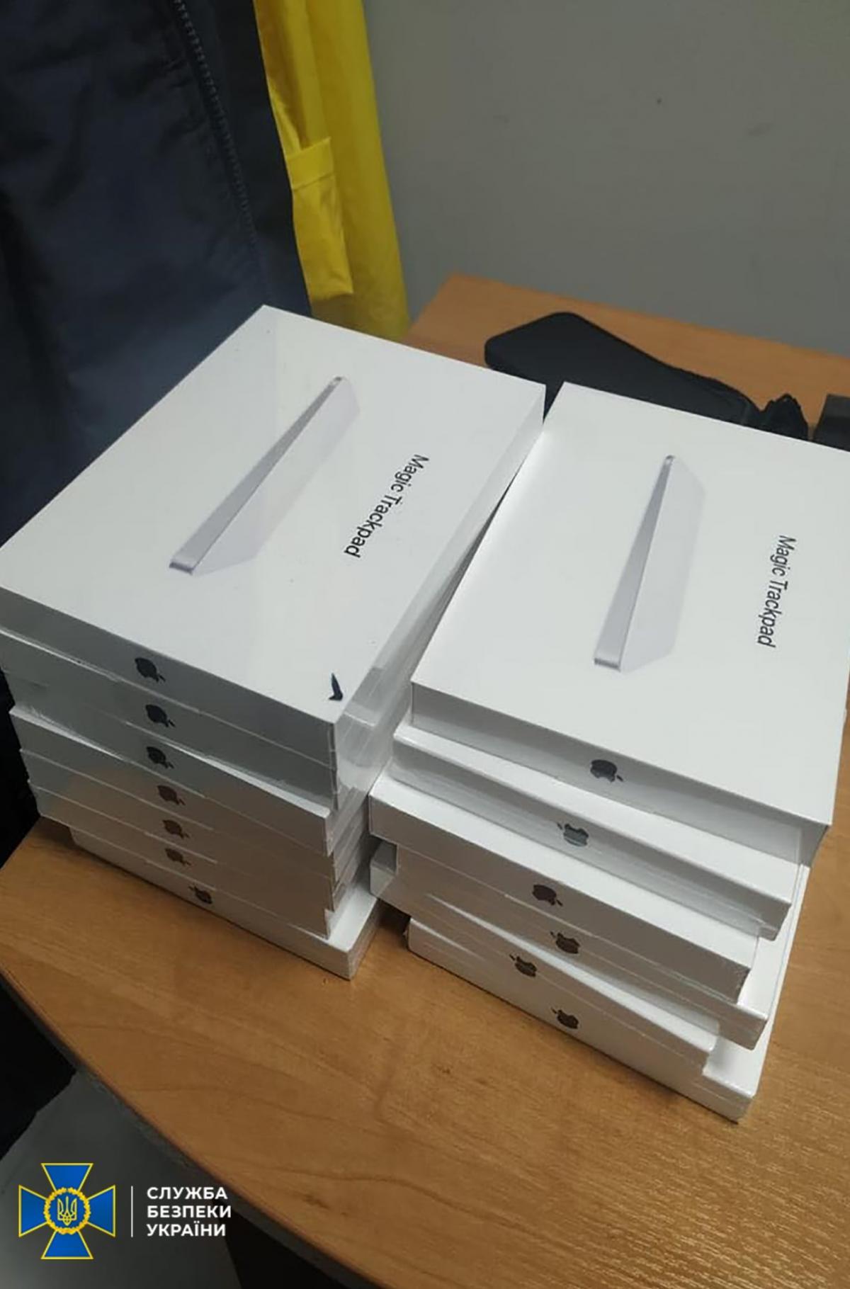 Во время углубленного досмотра багажа правоохранители обнаружили продукцию марки Apple \ фото Фейсбук Сергей Левченко
