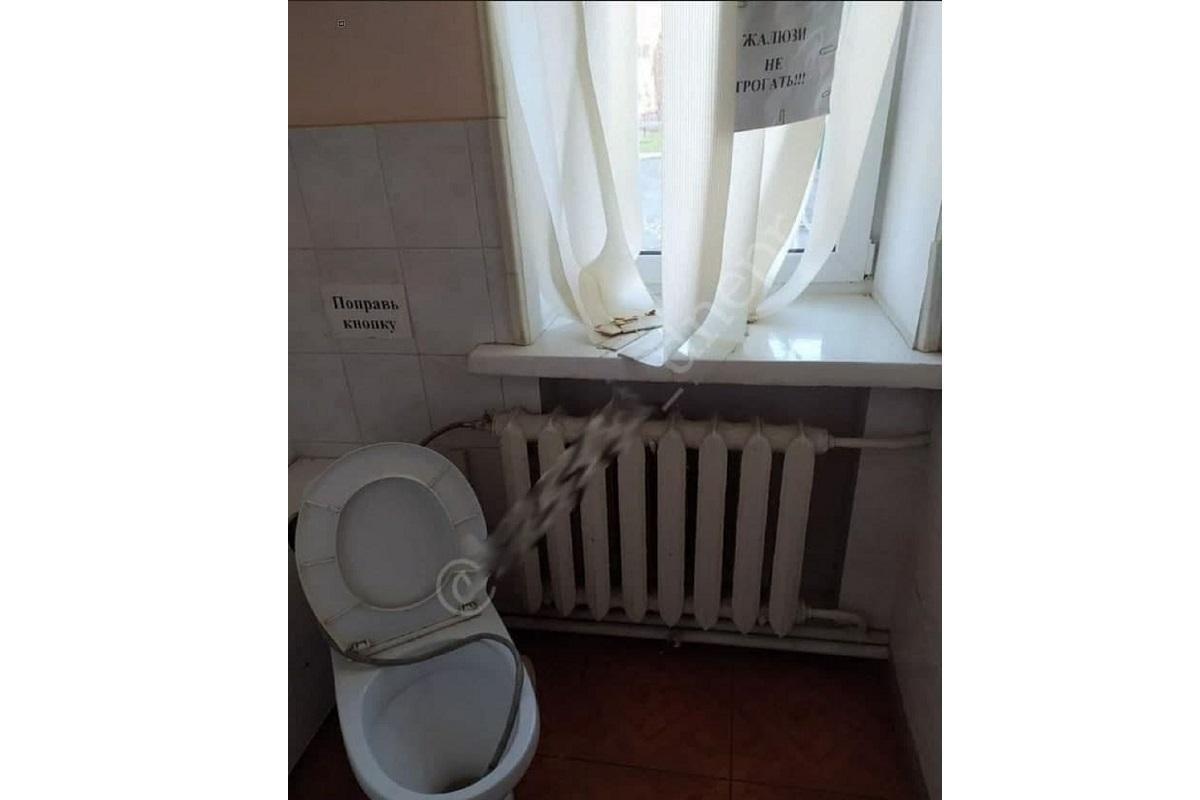 Туалет в учебном заведении Днепра возмутил сеть / фото - соцсети