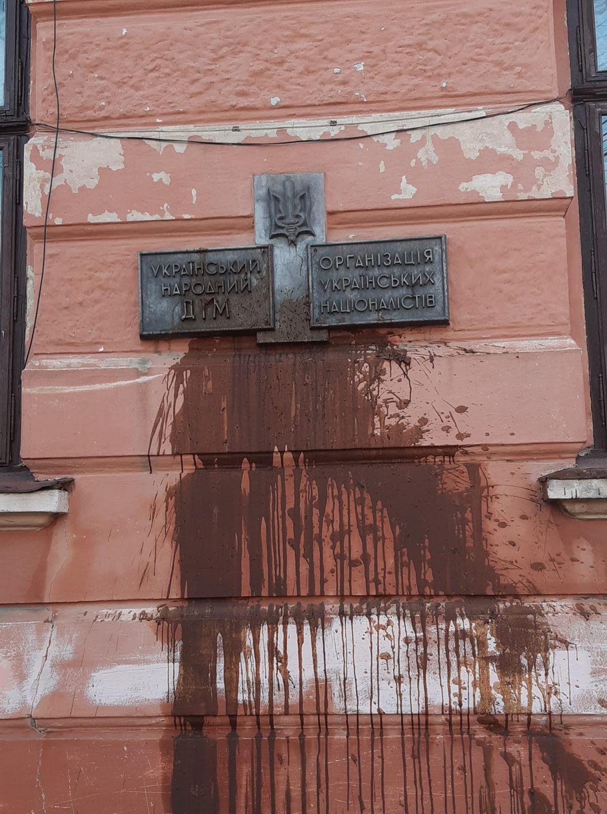 Невідомі облили нечистотами фасад приміщення на вулиці Якоба фон Петровича / фото УНІАН