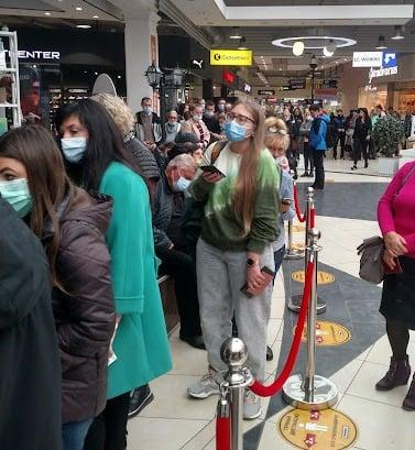 В Херсоне образовались огромные очереди из желающих получить прививку от коронавируса / фото t.ks.ua