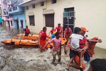Индия и Непал страдают от наводнений: погибло 150 человек (фото)