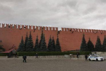 Пробил час: Кремль начал разрушаться от ураганного ветра в Москве (видео)