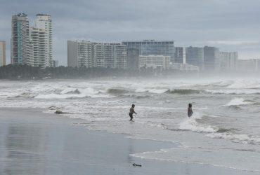 На Мексику обрушился страшный ураган: людям приказали оставаться дома (фото, видео)