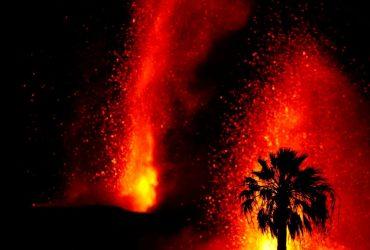 На Канарах з новою силою вивергається вулкан: в небо б'ють фонтани лави (фото, відео)