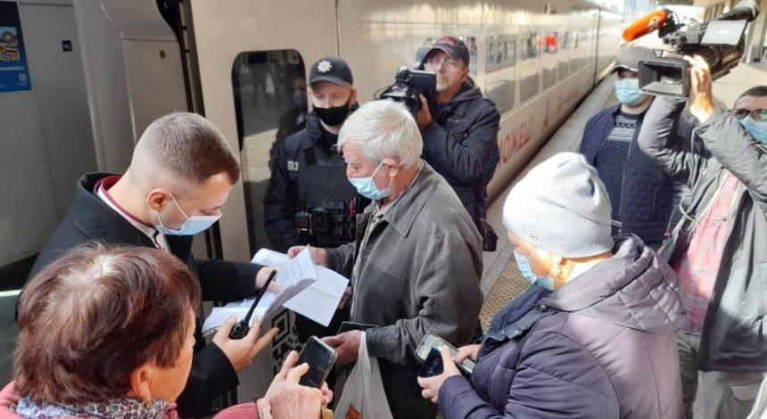 Первый день COVID-ограничений в поездах: как проверяют пассажиров на вокзале в Киеве (фоторепортаж)