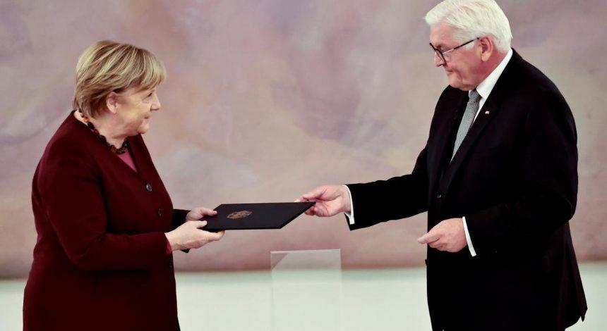 """Меркель получила """"свидетельство об увольнении"""" (фото, видео)"""